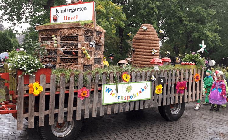 Im Rahmen des Heseler Erntefestes nimmt der Kindergarten jedes Jahr am Erntekorso teil. Auch in diesem Jahr arbeiteten unsere Kinder mit viel Eifer an der Vorbereitung des Korsos. Das Motto unseres Motivwagens lautete: Wiesenspektakel ...