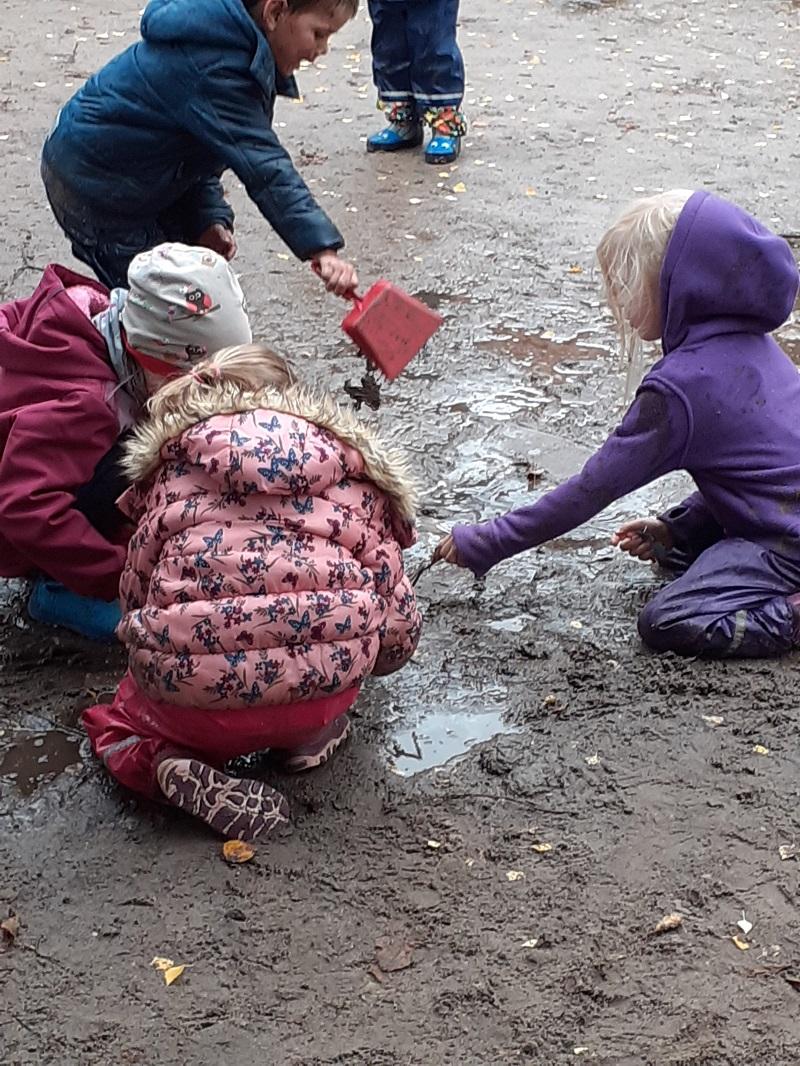 Der Herbst hat Einzug gehalten. Eine wunderschöne Zeit, um mit den Kindern die Veränderungen in der Natur zu erkunden. Es wird kälter, die Blätter an den Bäumen verfärben sich und fallen runter. Bei Spaziergängen können wir Kastanien, Eicheln und viele andere spannende Sachen finden. Und es regnet wieder mehr. Ein großer Spaß für die Kinder […]
