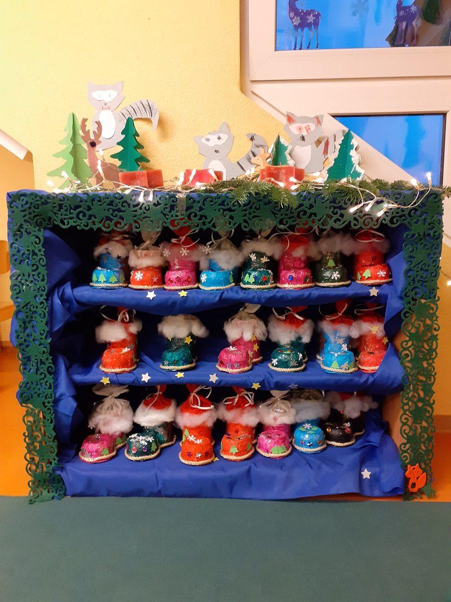 Die Weihnachtszeit ist da! Im Kindergarten wird fleißig gebastelt, dekoriert, spannenden Adventsgeschichten gelauscht, im CD-Player erklingen die Weihnachtslieder (denn selber singen dürfen wir leider nicht) und überall duftet es herrlich nach selbst gebackenen Weihnachtsplätzchen. Wir alle genießen diese besinnliche Zeit und sind voller Vorfreude auf das große Weihnachtsfest. Jeden Tag darf ein Kind pro Gruppe […]