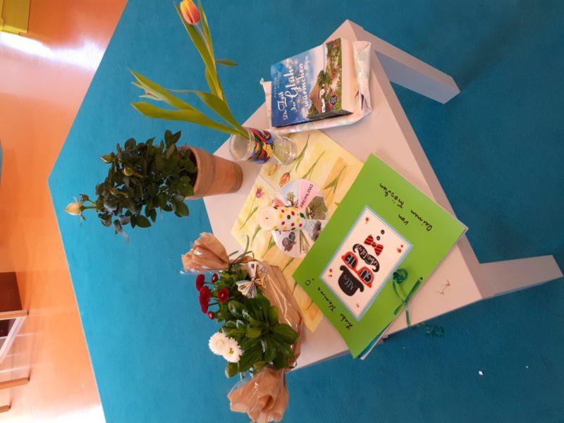 Nicht nur die Geburtstage der Kinder werden im Kindergarten gefeiert, auch die Geburtstage der Mitarbeiter*innen dürfen da nicht zu kurz kommen. Hier sehr ihr den Geburtstagstisch von Karina, die sich sehr über die kleinen Aufmerksamkeiten gefreut hat.
