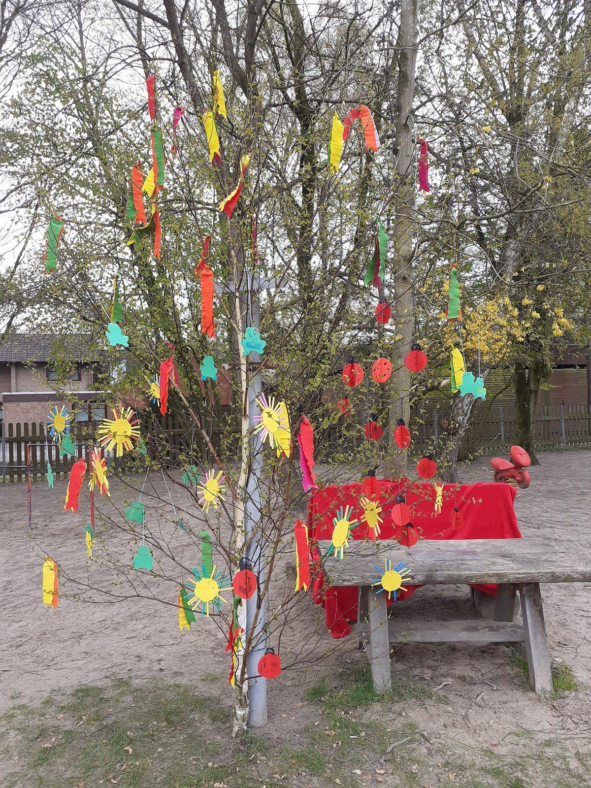 """Auch in diesem Jahr haben die Kinder im Kindergarten einen """"Maibaum"""" geschmückt. Da aber ein gemeinsames Maibaum-binden der Gruppen nicht möglich war, wurde kurzerhand ein ca. 2m hoher Birkenstrauch auf dem Spielplatz aufgestellt. In jeder Gruppe haben die Kinder Schmuck für den Maibaum gebastelt und den Maibaum damit zeitversetzt geschmückt. Wir finden, das Ergebnis sieht […]"""